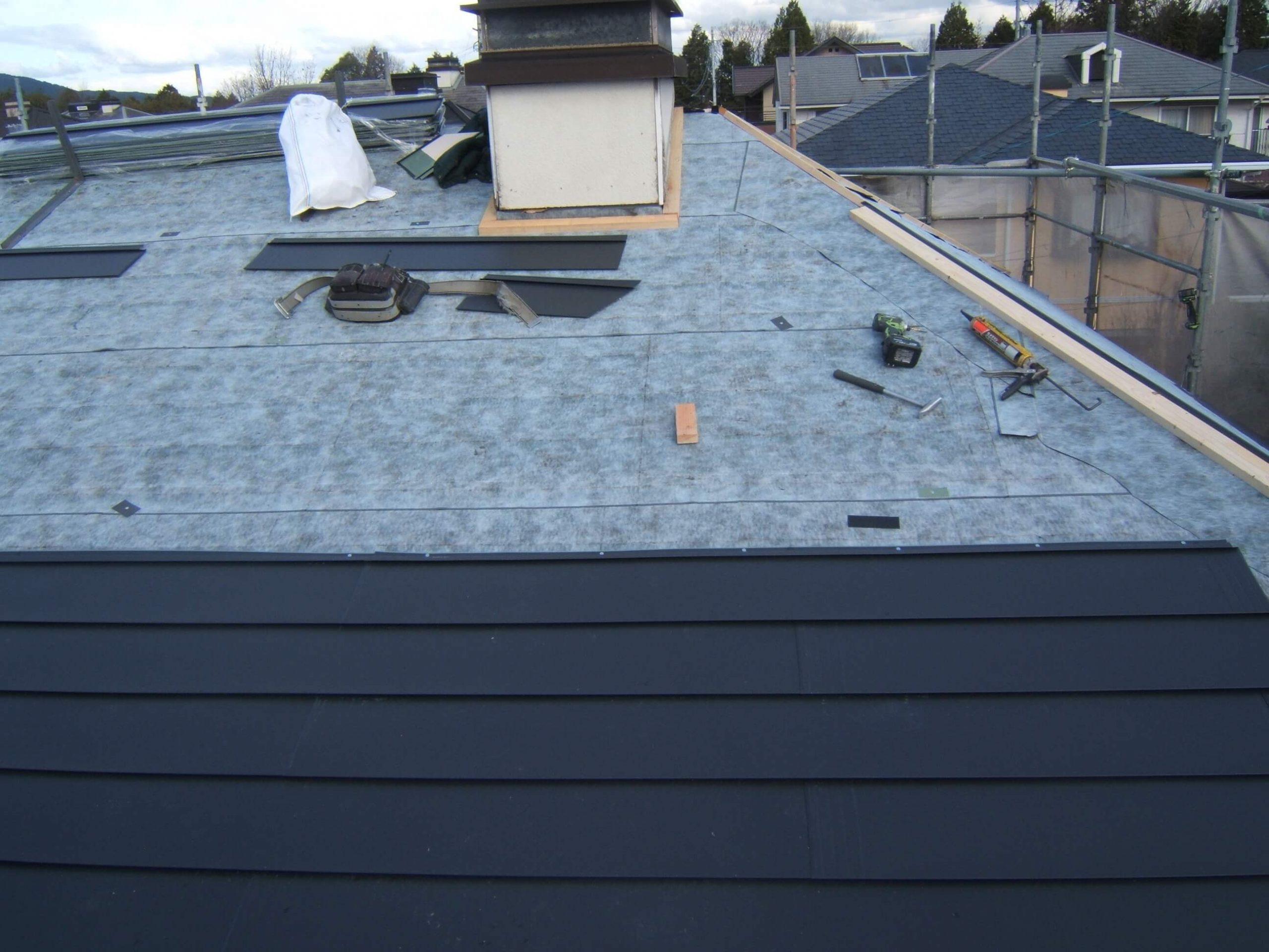 屋根をガルバリウム銅板で葺替え中です。