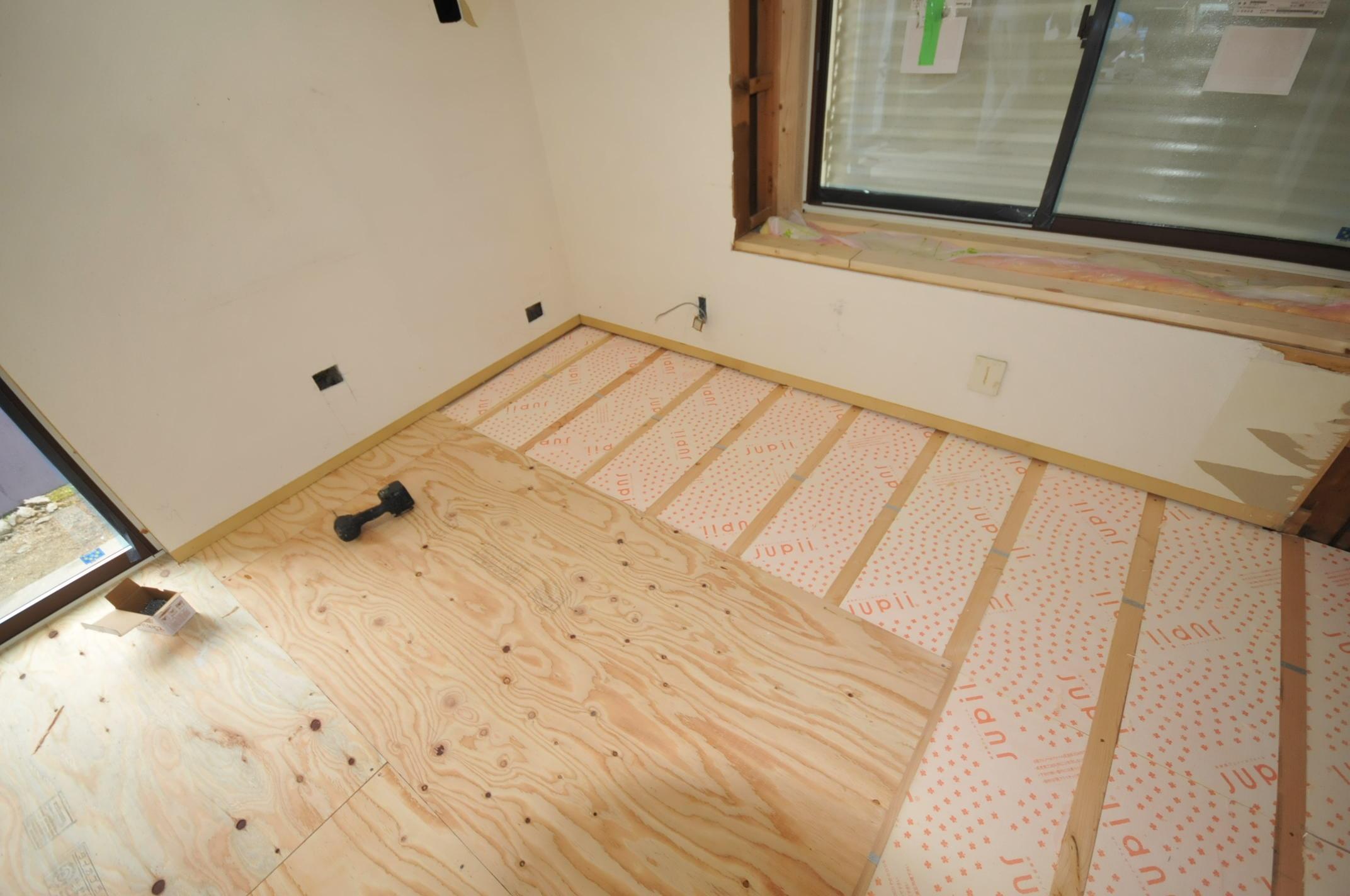 床に45㎜ジュピー断熱材を敷き詰めました。