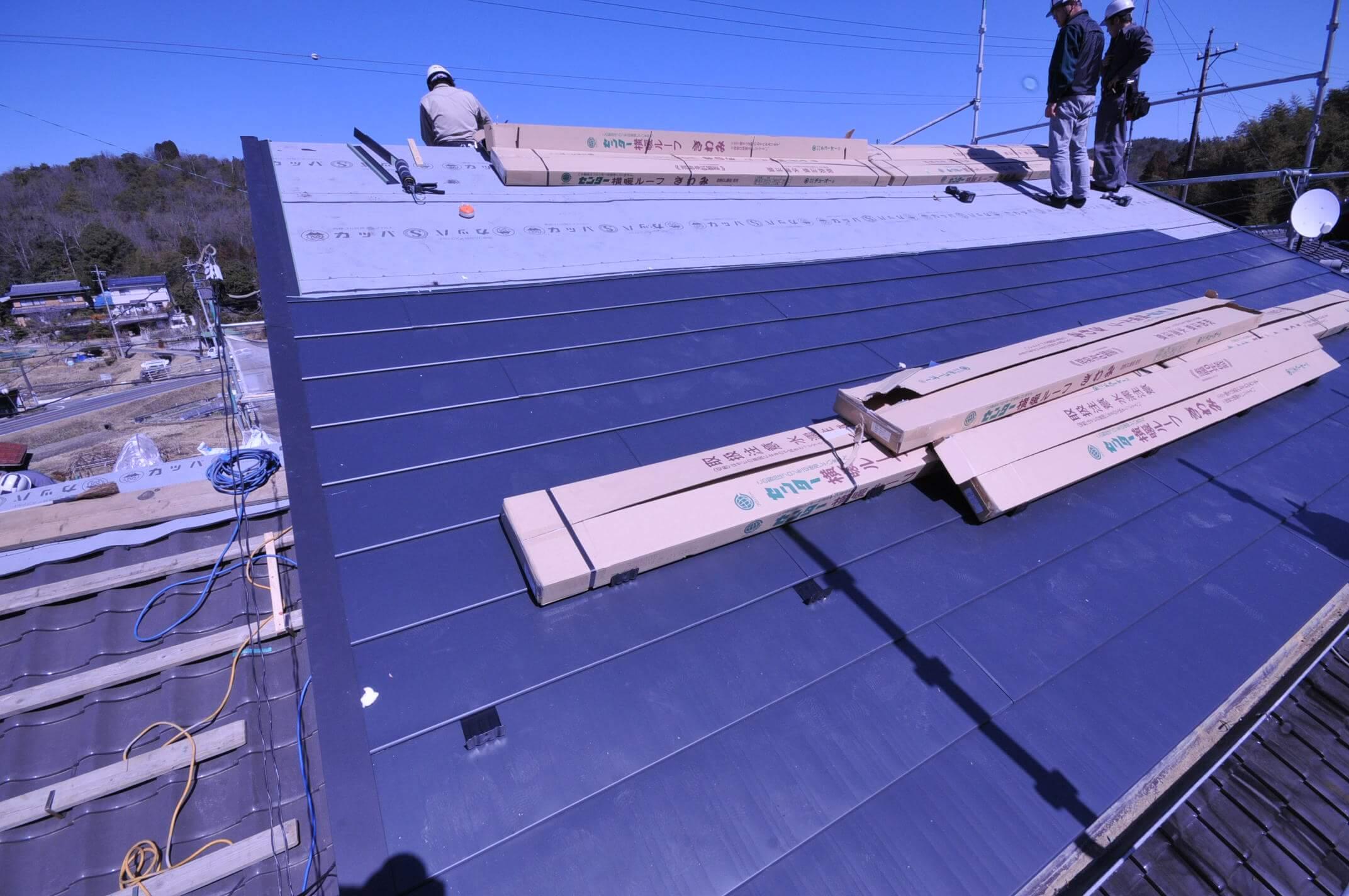 屋根は軽いガルバリウムの板金葺きにしました。