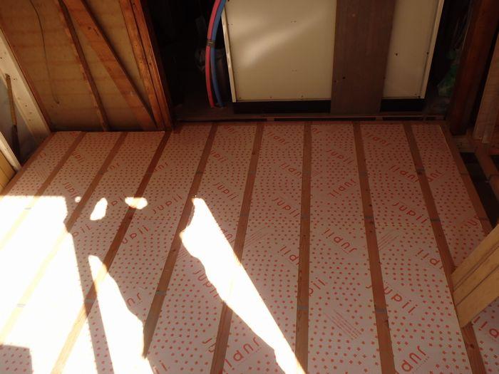 【工事中】床には、高性能の断熱材を敷き詰めました。給水・給湯配管も全部交換いたしました。