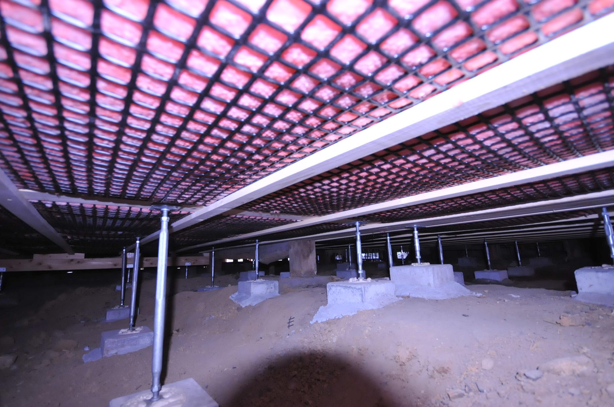 【床下 断熱施工】グラスウールが垂れさがらないようにトリカルネットを採用。床下断熱には、北海道や東北で使用されている高性能グラスウールSUNを150mm充填いたしました。