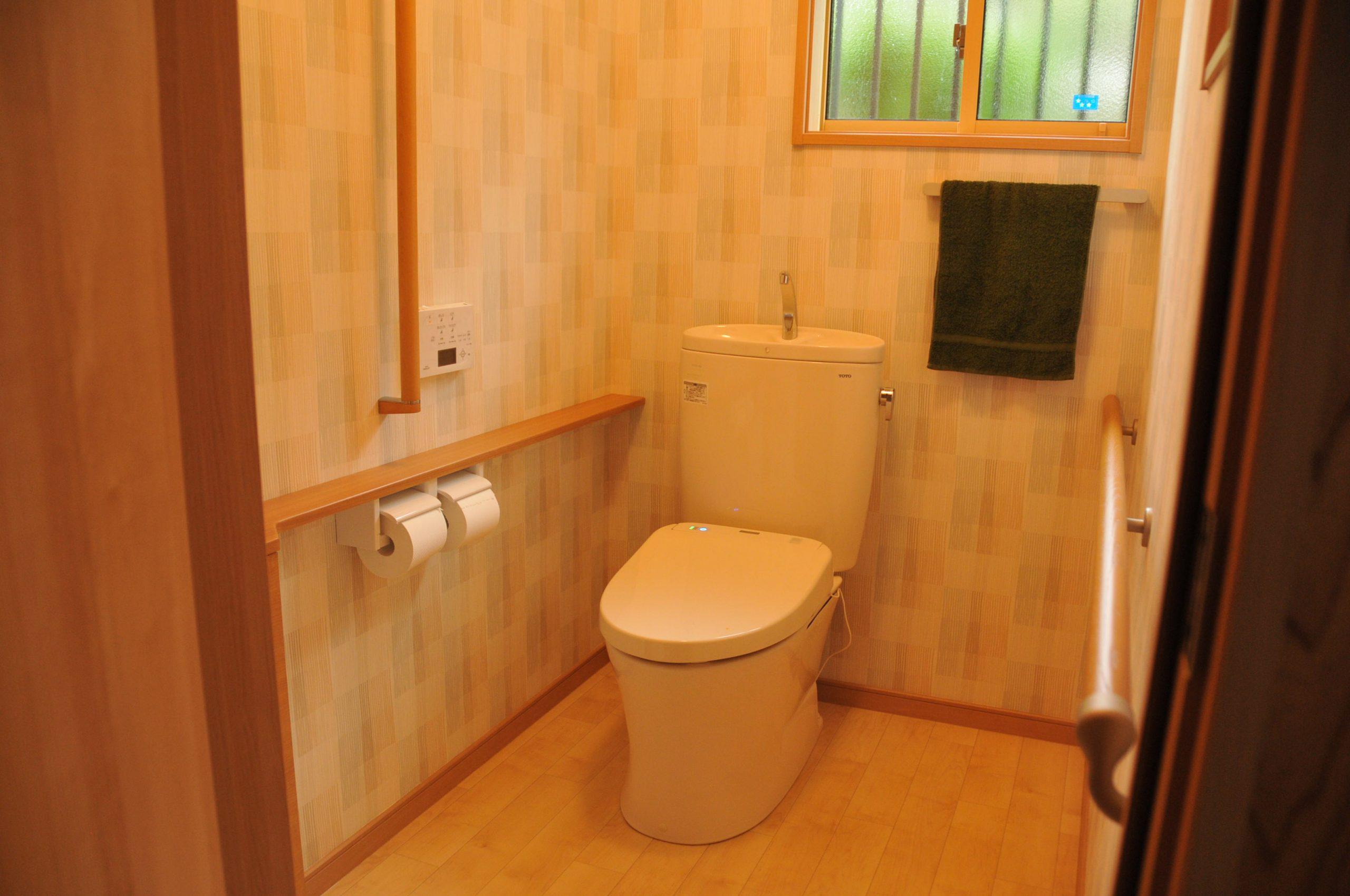 【トイレ】0.5帖分増築し、広いトイレとなりました。