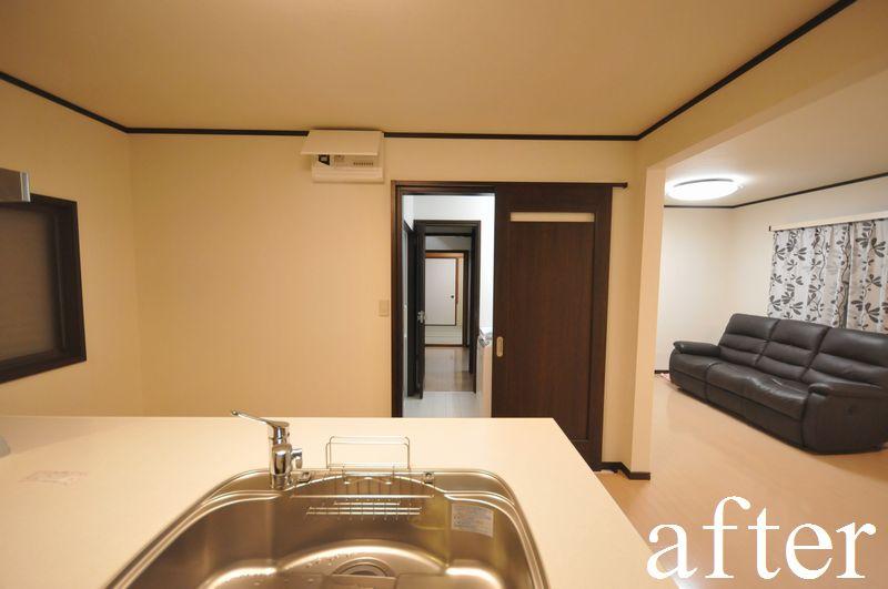 キッチン前の引き戸と、その先のユーティリティのドアを開口すると、ご高齢のお母様のお部屋を見守ることができます。