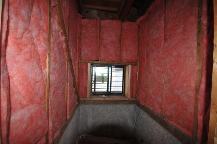 【工事中 浴室】腰上の木下地も全て解体して、高性能な断熱材を充填し、目隠し可動ルーバー付の断熱性の高いアルミと樹脂のハイブリッドサッシを取り付けしました。